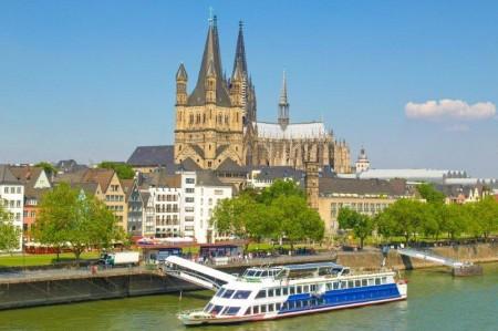 Barcos de turistas navegan el Rin a su paso por Colonia