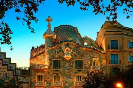La Casa Batlló brilla en la noche de Barcelona