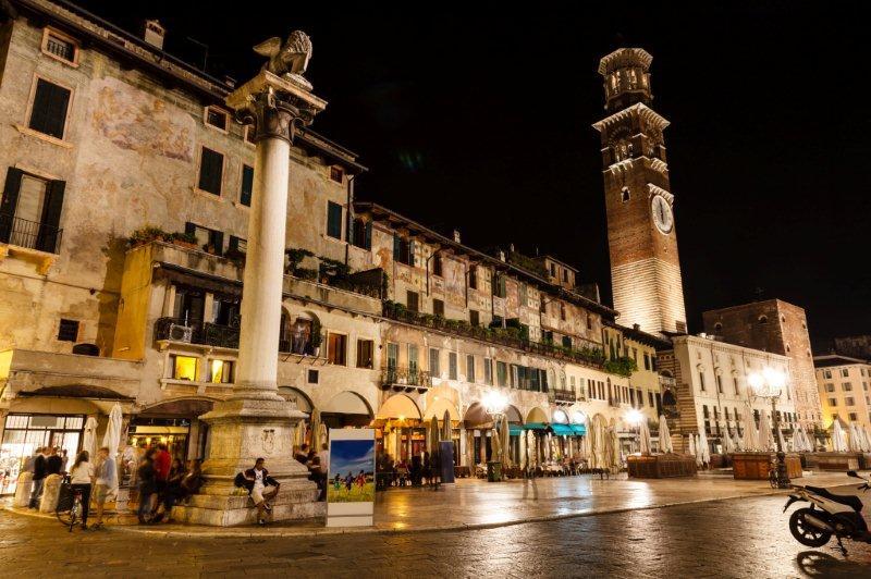La torre Lamperti en la Piazza delle Erbe