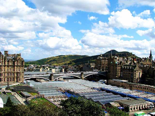 El puente North Bridge conecta la Ciudad Nueva y la Ciudad Vieja de Edimburgo. Foto: Angie Castells